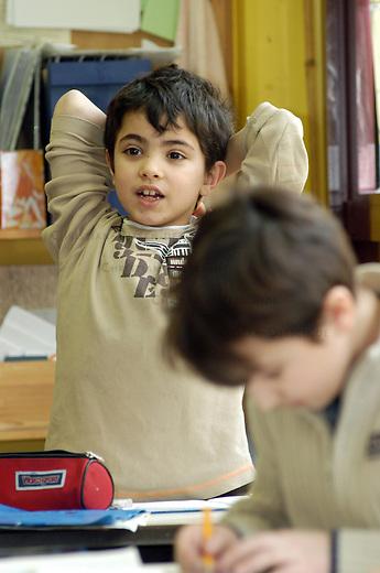Jens-Nydahl-Grundschule in Berlin-Kreuzberg<br /> Die Schule hat als Schulprojekt am Grundschulpreis &quot;Engagement macht Schule&quot; teilgenommen. &quot;Engagement macht Schule&quot; wurde vom Zeitbild Verlag im Auftrag der Europaeischen Kommission und des Bundesministeriums des Innern durchgefuehrt.<br /> Ziel der Aktion ist, praxistaugliche Projekte zum Thema Integration von Kindern mit Migrationshintergrund aus Schule, Unterricht und Schulumfeld zu sammeln und sie in ganz Europa vorzustellen.<br /> Die Jens-Nydahl-Grundschule hat bei diesem Wettbewerb den mit 2000 Euro dotierten zweiten Platz belegt. Der Preis wird am 18. Maerz 2005 von Bundesinnenminister Schily uebergeben.<br /> Hier: Die Klasse 2a beim Unterricht.<br /> 16.3.2005, Berlin<br /> Copyright: Christian-Ditsch.de<br /> [Inhaltsveraendernde Manipulation des Fotos nur nach ausdruecklicher Genehmigung des Fotografen. Vereinbarungen ueber Abtretung von Persoenlichkeitsrechten/Model Release der abgebildeten Person/Personen liegen vor. MODEL RELEASE! Nur fuer Redaktionelle Zwecke. Don't publish without copyright Christian-Ditsch.de, Veroeffentlichung nur mit Fotografennennung, sowie gegen Honorar, MwSt. und Beleg. Konto: I N G - D i B a, IBAN DE58500105175400192269, BIC INGDDEFFXXX, Kontakt: post@christian-ditsch.de<br /> Bei der Bearbeitung der Dateiinformationen darf die Urheberkennzeichnung in den EXIF- und  IPTC-Daten nicht entfernt werden, diese sind in digitalen Medien nach &sect;95c UrhG rechtlich geschuetzt. Der Urhebervermerk wird gemaess &sect;13 UrhG verlangt.]