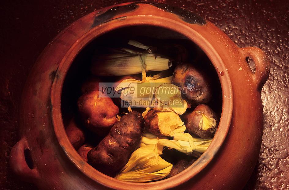 """Amérique/Amérique du Sud/Pérou/Lima : Restaurant """"El Senorio de Sulco"""" - Détail plat de pommes de terre cuites lentement en pot de terre"""