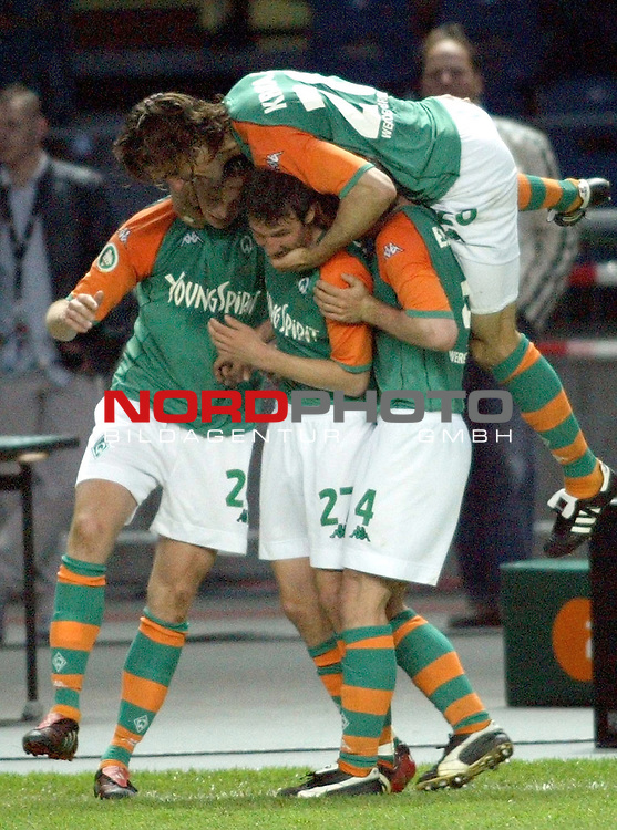 DFB - Pokalfinale Berlin<br /> <br /> <br /> <br /> Alemania Aachen vs Werder Bremen 2:3<br /> <br /> Die Werder Spieler Fabian Ernst, Christian Schulz und Mladen Kristajic feiern das 3:1 mit dem TorschŁtzen Tim Borowski (l).<br /> <br /> <br /> <br /> Foto &copy; nordphoto - <br /> <br /> <br /> <br />  *** Local Caption *** Foto ist honorarpflichtig! zzgl. gesetzl. MwSt.<br /> <br />  Belegexemplar erforderlich<br /> <br /> Adresse: nordphoto<br /> <br /> Georg-Reinke-Strasse 1<br /> <br /> 49377 Vechta