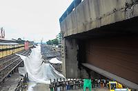 RIO DE JANEIRO, RJ, 24.11.2013 - IMPLOSÃO ELEVADO DA PERIMETRAL /LIMPEZA - Operarios começam trabalho de limpeza após Implosão do Elevado Perimetral, na zona portuária da cidade do Rio de Janeiro, vista do morro da Providência, na manhã deste domingo. Importante ligação entre Avenida Brasil, Linha Vermelha, Ponte Rio-Niterói, Aterro do Flamengo e centro do Rio, os 4,79 quilômetros do Elevado da Perimetral foi implodido para dar lugar à via expressa e ao mergulhão com 5,05 km entre a Rodoviária Novo Rio e o Aeroporto Santos Dumont. (Foto: Marcelo Fonseca / Brazil Photo Press).