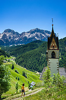 Italy, South Tyrol (Trentino - Alto Adige), La Valle: chapel Saint Barbara above La Valle, at background Heiligkreuzkofel mountain (Sasso di Santa Croce) at Fanes-Sennes-Prags Nature Park | Italien, Suedtirol (Trentino - Alto Adige), Wengen: die spaetgotische Barbarakapelle oberhalb von Wengen, im Hintergrund thront der Heiligkreuzkofel (Sasso di Santa Croce) im Naturpark Fanes-Sennes-Prags