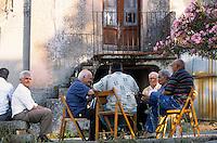 Europe/Italie/Calabre/Cerasi : Hommes du village jouant aux cartes
