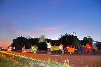 PAULINIA, SP, 21.03.2016 - PROTESTO-SP – Manifestantes contrários ao governo atual, fizeram ato nesta madrugadadesta segunda-feira (21), bloqueando a rodovia Zeferino Vais que liga Campinas a Paulinia, no KM 130, e da acesso à Replan. O objetivo do ato é interromper o fluxo de caminhões, e assim promover uma greve geral. O grupo de 20 pessoas, se identifica como intervencionista militar. (Foto: Daniel Pinto/Brazil Photo Press)