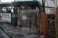 SÃO PAULO,SP,06.02.2014 - ONIBUS INVADE CASA  - Um onibus invadiu uma casa  na noite de ontem (05) na rua Deputado Menezes Cortez no Pq São Lucas, ninguem ficou ferido.(Foto Ale Vianna/Brazil Photo Press).