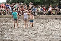 5. Matschfussball-Meisterschaft in Woellnau. Auf zwei gefluteten Aeckern wird alljaehrlich in Wöllnau (Woellnau) bei Eilenburg der Deutsche Matschfussball-Meister gesucht. Waehrend bei den Herren zehn Teams um die Schale kaempften, stritten bei den Damen vier Teams um die Ballnixe.  Ein feutfroehliches und dreckiges Spektakel, dass gut 1000 Besucher in die Duebener Heide gelockt hat. Am Ende durften bei den Herren das City Bootcamp jubeln. Sie verteidigten den Pott, bezwangen im Finale Battaune mit 3:2. Bei den Damen siegten die Volleyballerinnen aus Priestäblich (Priestaeblich).  im Bild:   Matschidylle mit Publikum. Foto: Alexander Bley