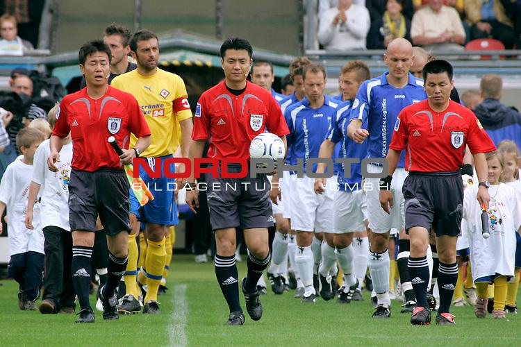 RLN 2007/2008 1. Spieltag Hinrunde<br /> Eintracht Brauschweig - Kickers Emden <br /> <br /> Korea Schiris Kim Dong Jin mit Assi Eun Jong Bok und Jeon Ki Rog <br /> <br /> Foto: &copy; nph ( nordphoto )<br /> <br />  *** Local Caption ***