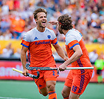 Den Bosch  -  Jeroen Hertzberger (Ned) brengt de stand op 4-2   tijdens   de Pro League hockeywedstrijd heren, Nederland-Belgie (4-3).  rechts Bob de Voogd (Ned)    COPYRIGHT KOEN SUYK