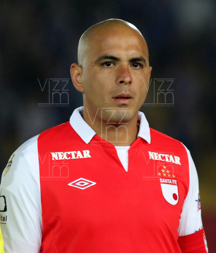 .BOGOTA-COLOMBIA-24-01-2013.Omar Pérez ,jugador del Independiente Santa Fe  durante la entonación de los himnos en  el primer partido de la superliga donde vencieron dos goles a uno a Los Millonarios.Omar Perez , who plays for Independiente Santa Fe during the singing of the hymns in the first match of the Super League where they beat two goals to one on millionaires. .Photo: VizzorImage/Felipe Caicedo....