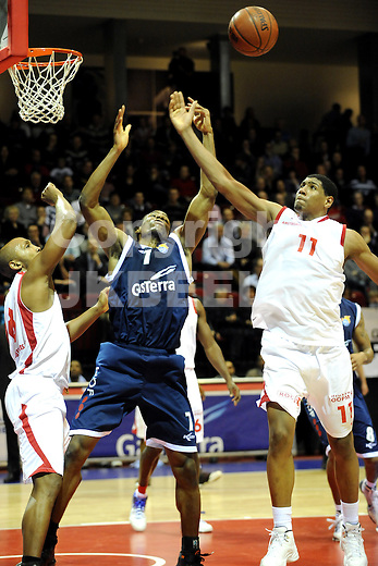 basketbal gasterra flames - amsterdam  seizoen 2009-2010 20-02-2010 jason allis met mohammed kherazzi