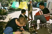 Nach dem Erdbeben im August in der Tuerkei leben tausende Menschen in Zeltlagern und Behilfszelten. Da viele Menschen nicht von ihren Haeusern weg wollen, zelten sie in Parks und auf Plaetzen, wo die hygienischen Zustaende sehr schlecht sind. Aussicht auf Besserung der Situation besteht zwei Monate nach dem Beben nicht.<br /> Hier: Der 13j. Fatih Cimenay (vorne) und sein Freund reparieren und putzen Schuhe in einer Zeltsiedlung im Yaricuma-Park in Izmit.<br /> 13.10.1999, Izmit/Tuerkei<br /> Copyright: Christian-Ditsch.de<br /> [Inhaltsveraendernde Manipulation des Fotos nur nach ausdruecklicher Genehmigung des Fotografen. Vereinbarungen ueber Abtretung von Persoenlichkeitsrechten/Model Release der abgebildeten Person/Personen liegen nicht vor. NO MODEL RELEASE! Nur fuer Redaktionelle Zwecke. Don't publish without copyright Christian-Ditsch.de, Veroeffentlichung nur mit Fotografennennung, sowie gegen Honorar, MwSt. und Beleg. Konto: I N G - D i B a, IBAN DE58500105175400192269, BIC INGDDEFFXXX, Kontakt: post@christian-ditsch.de<br /> Bei der Bearbeitung der Dateiinformationen darf die Urheberkennzeichnung in den EXIF- und  IPTC-Daten nicht entfernt werden, diese sind in digitalen Medien nach §95c UrhG rechtlich geschützt. Der Urhebervermerk wird gemaess §13 UrhG verlangt.]