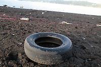 SAO PAULO, SP - 17.11.2014 - REPRESA DO GUARAPIRANGA - Represa do guarapiranga amanhece com novos bancos de areia e acúmulo de lixo em sua extenção nesta segunda-feira (17). Mesmo com a Chuva que caiu na capital paulista na última semana, a represa mantêm queda em seu nível e hoje se encontra com 34,6% de seu volume de armazenamento.<br /> <br /> (Foto: Fabricio Bomjardim / Brazil Photo Press).