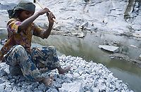 INDIA Karnataka, dalit children work in a granite quarry near Bangalore, the granite is exported as grave or street stones / INDIEN Dalit Kinder arbeiten im Steinbruch bei Bangalore, Granit wird fuer Grabsteine, Pflastersteine oder Schotter exportiert