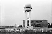 Berlino, quartiere Tempelhof. La torre radar dell'ex aeroporto riqualificato a parco pubblico --- Berlin, Tempelhof district. Radar tower of former airport requalified to public park