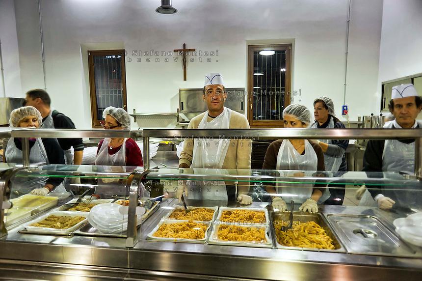 Roma 24 Dicembre 2012..Mensa per i poveri allla Cittadella della carità ?Santa Giacinta? ( Via Casilina Vecchia, 19), i volontari delal Caritas che  servono lacena la sera di Natale