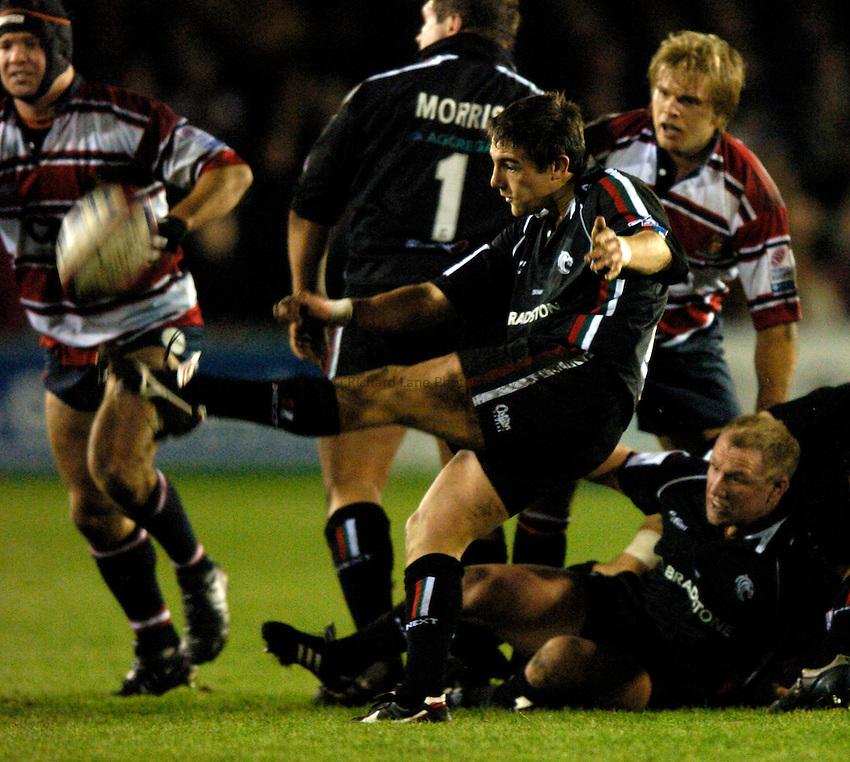 Photo. Richard Lane..Gloucester v Leciester Tigers. Zurich Premiership.  02/01/2005..Harry Ellis kicks clear.