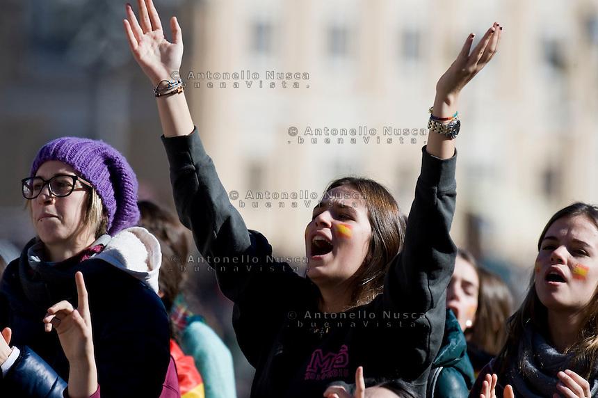 Vatican City, Vatican, May 28, 2014. Una giovane credente in piazza san pietro durante l'udienza del Papa