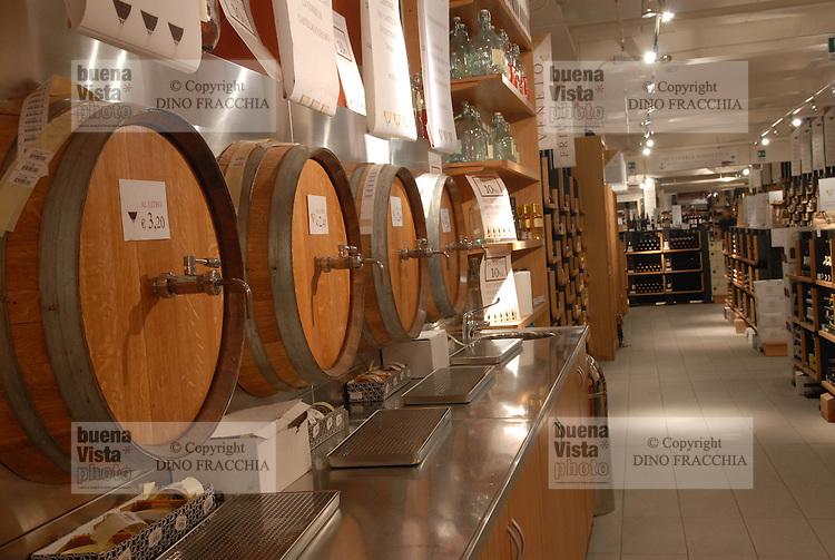 - Eataly, market for the sale of quality Italian food, the wine cellar<br /> <br /> - Eataly, market per la vendita del cibo italiano di qualit&agrave;, la cantina del vino