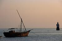 """Asie/Inde/Maharashtra/Bombay: Coucher de soleil sur le port et les voiliers traditionnels """"Dhow"""""""