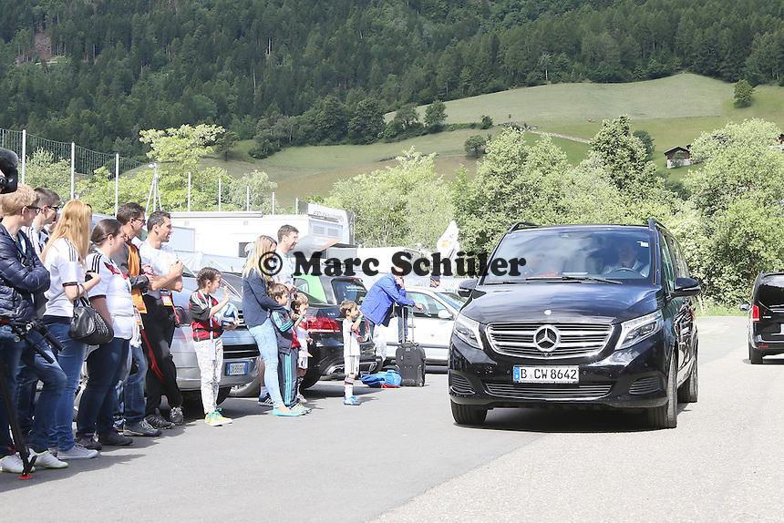 Fans warten auf die Nationalelf, Bundestrainer Joachim Löw im Shuttle - Abschlusstraining der Deutschen Nationalmannschaft gegen die U20 im Rahmen der WM-Vorbereitung in St. Martin