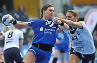 Handball Frauen Champions League 2013/14 - Handballclub Leipzig (HCL) gegen RK Krim Ljubljana am 13.10.2013 in Leipzig (Sachsen). <br /> IM BILD: Karolina Kudlacz (HCL) am Ball gegen Andrea Penezic (Krim) <br /> Foto: Christian Nitsche / aif