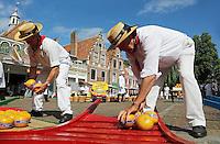 Nederland Edam 2015 07 22 .  Kaasmarkt in Edam . Kinderen leggen kazen op de berrie