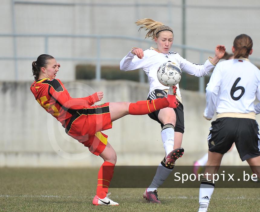 Belgie U17 - Duitsland U17 : .Pauline Bremer in duel met Jody Vangheluwe (links).foto DAVID CATRY / Vrouwenteam.be