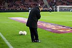Nederland, Amsterdam, 4 oktober  2012.Seizoen 2012-2013.EuropaLeague.PSV-Napoli.Dick Advocaat, trainer-coach van PSV test de gras mat