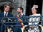 Le Prince William, Kate, la Duchesse de Cambridge, le Prince Harry et le Premier ministre belge Elio Di Rupo saluent le public depuis le balcon de l'H&ocirc;tel de ville de Mons, a` l&rsquo;occasion du Centie`me anniversaire de la<br />  Premie`re Guerre mondiale.<br /> La Duchesse de Cambridge en plein fou-rire lorsque le Prince Harry est acclam&eacute; par la foule et re&ccedil;oit une demande de rendez-vous par deux jeunes filles belges.<br /> <br />  Belgique, Mons, . 4 Ao&ucirc;t 2014.<br /> <br />  Prince William, Kate, Duchess of Cambridge, Prince Harry and Belgian Prime Minister Elio Di Rupo pictured during a reception in Mons city hall, ahead of a commemoration at Saint-Symphorien cemetery, part of the 100th anniversary of the Commemoration of the 100th anniversary of the First World War.<br /> Duchess of Cambridge open laughter when Prince Harry is cheered by the crowd and received a request for an appointment by two Belgian girls.<br />  Belgium, Mons, August 4, 2014.