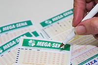 SÃO PAULO, SP, 05.05.2015 - MEGA- SENA -  Movimentação na lotérica da Avenida Corifeu de Azevedo Marques na região oeste da cidade de São Paulo na tarde dessa terça-feira, 05. A Mega-Sena fará um sorteio extra nesta semana do Dia das Mães. Com a edição especial, o cronograma dos  sorteios foi alterado: o concurso 1.701 da Mega-Sena será sorteado na terça-feira (5), o concurso 1.702 na quinta-feira,07 e o 1.703 no sábado,9. (Foto: Kevin David / Brazil Photo Press)