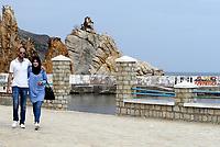 Tabarka, Tunisia, 18 Settembre 2018<br /> Il lungomare di Tabarka con i caratteristici faraglioni<br /> Giovane coppia
