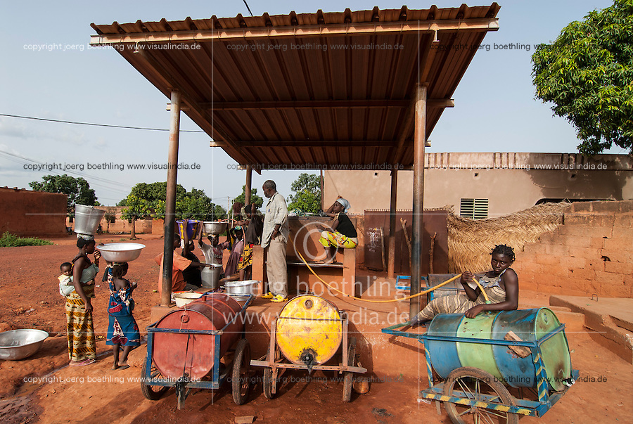 BURKINA FASO Banfora , women and children fetch drinking water from water selling station / BURKINA FASO Banfora, Frauen und Kinder holen Wasser von einer Verkaufsstelle
