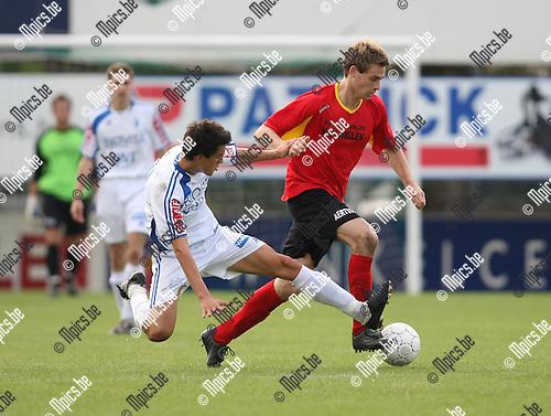 2009-09-06 / Voetbal / seizoen 2009-2010 / Kapellen - KVV Coxyde / Berquin met een tackle op Frederik Janssens van Kapellen..Foto: Maarten Straetemans (SMB)