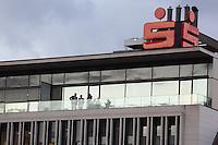 Vorstände auf dem Balkon der Zentrale der Kreissparkasse Groß-Gerau, bei der ein Mitarbeiter im Zentrum eines E-Mail Skandals steht und gerade beurlaubt wurde - 05.01.2017: Zentrale der Kreissparkasse Groß-Gerau
