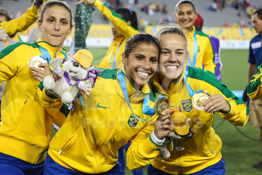 HAMILTON, CANADA, 25.07.2015 - PAN-FUTEBOL - Fabiana e Andressinha do Brasil comemora medalha de ouro após ganhar de 4 a 0 da Colombia em partida da final do futebol feminino nos jogos Pan-americanos no Estadio Tim Hortons em Hamilton no Canadá neste sábado, 25.  (Foto: William Volcov/Brazil Photo Press)