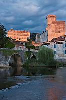 Europe/France/Aquitaine/24/Dordogne/Bourdeilles: les bords de la Dronne, le pont médiéval, le village et  le  Château<br />  Le Château  de Bourdeilles qui réunit en réalité deux châteaux:  le château de Bourdeilles, médiéval XIIIe siècle, et le  le Château dit Pavillon Renaissance, XVe siècle,