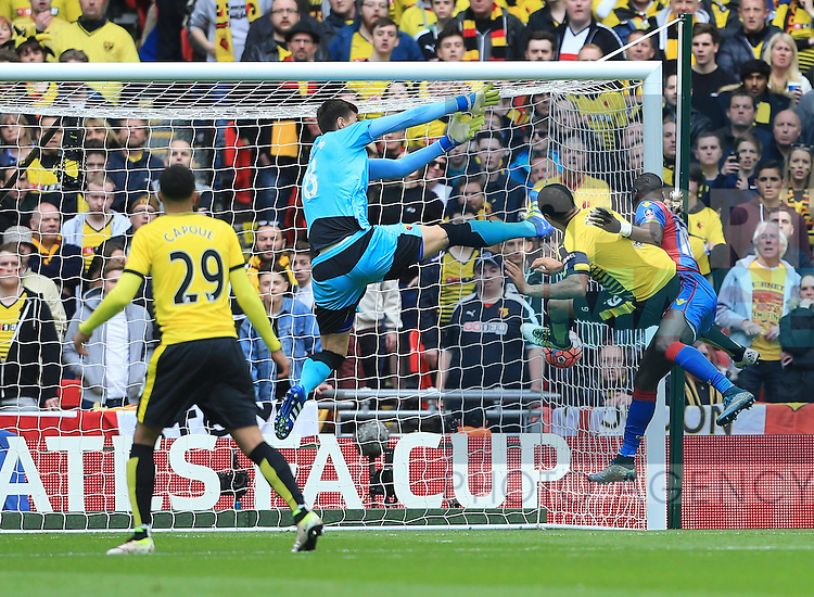 Crystal Palace's Yannick Bolasie scoring his sides opening goal during the Emirates FA Cup, Semi-Final match at Wembley Stadium, London.  Photo credit should read: David Klein/Sportimage