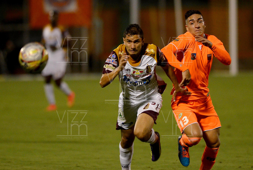ENVIGADO -COLOMBIA-08-02-2015. Cristian D. Arango (Der) de Envigado FC disputa el balón con Juan A. Mahecha (Izq) de Deportes Tolima durante partido por la fecha 2 de la Liga Águila I 2015 realizado en el Polideportivo Sur de la ciudad de Envigado./ Cristian D. Arango (R) of Envigado FC fights for the ball with Juan A. Mahecha (L) of Deportes Tolima during match for the second date of the Aguila League I 2015 at Polideportivo Sur in Envigado city.  Photo: VizzorImage/León Monsalve/STR
