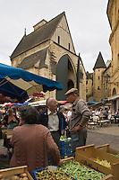 Europe/France/Aquitaine/24/Dordogne/Périgord Noir/Sarlat-la-Canéda: Jour de marché place de la Liberté et en fond l'église Sainte-Marie reconvertie en marché couvert et espace culturel par l'architecte Jean Nouvel