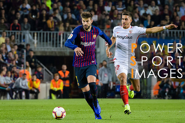 Gerard Pique of FC Barcelona (L) fights for the ball with Andre Silva of Sevilla FC (R) during the La Liga 2018-19 match between FC Barcelona and Sevilla FC at Camp Nou Stadium on October 20 2018 in Barcelona, Spain. Photo by Vicens Gimenez / Power Sport Images