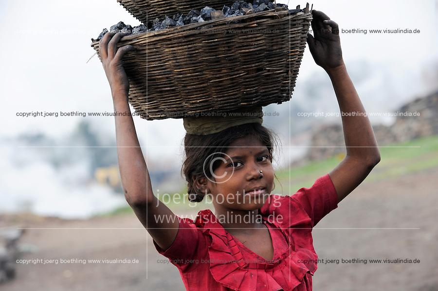 INDIA Jharkhand Dhanbad Jharia, children collect coal from coalfield to sell as coke on the market for the livelihood of her family, 8 years old girl Sonia / INDIEN Jharia, Kinder sammeln Kohle am Rande eines Kohletagebaus zum Verkauf als Koks auf dem Markt , Maedchen Sonia 8 Jahre traegt Kohle zum Verkauf