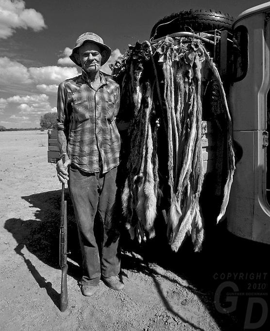 OLD DINGO HUNTER IN THE OUTBACK OF AUSTRALIA
