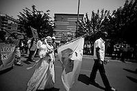 Une femme kurde, en costume traditionnel, mère de martyr, défile lors de la manifestation du 1er mai 2013 à Yenisehir, en brandissant un drapeau du PKK à l'effigie du leader M. Öcalan. Interdit et impensable il y a peu. Cela traduit bien une plus large tolérance des autorités. Et en même temps, le soutient dont bénéficie le PKK.<br /> <br /> A Kurdish woman in traditional dress, mother of martyr, parades during the demonstration on 1 May 2013 Yenisehir, waving a flag bearing the image of PKK leader Öcalan. Prohibited and was little unthinkable copple of times ago. This reflects a greater tolerance of the authorities. At the same time, supports enjoyed by the PKK.