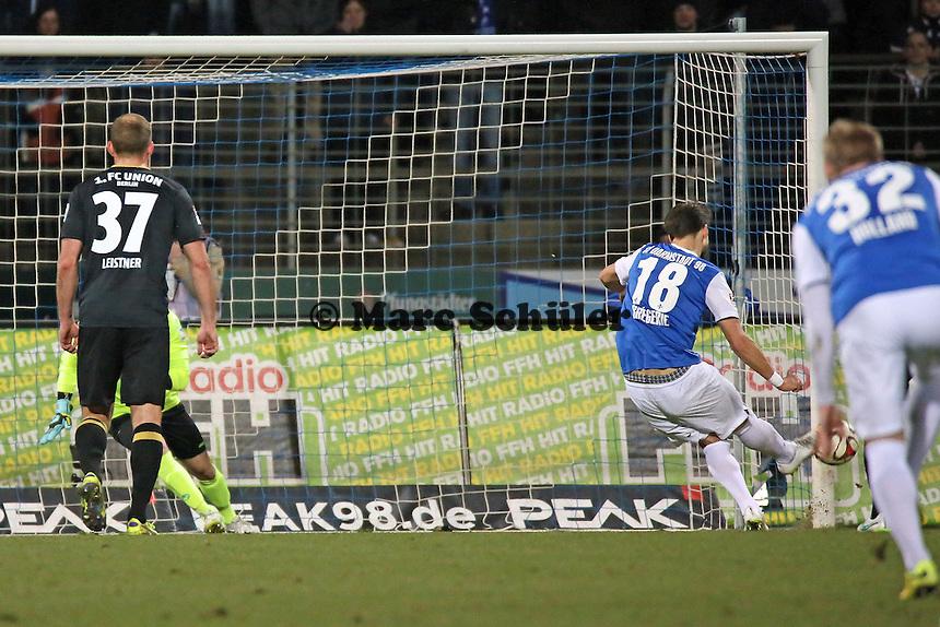 Romain Bregerie (SV98) erzielt das 2:0 gegen Daniel Haas (Union) - SV Darmstadt 98 vs. 1. FC Union Berlin, Stadion am Boellenfalltor