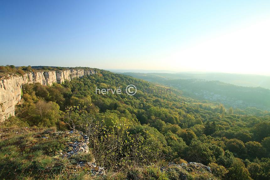 France, Côte d'Or (21), Hautes Côtes de Beaune, Baubigny, falaise d'Orches, site Natura 2000 et le village de Saint-Romain en contre bas // France, Cote d'Or, Hautes Cotes de Beaune, Baubigny, the cliff of Orches