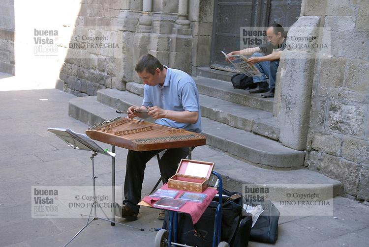 - Barcelona, street musician in Barrio Gotico district....- Barcellona, musicista di strada quartiere del Barrio Gotico....