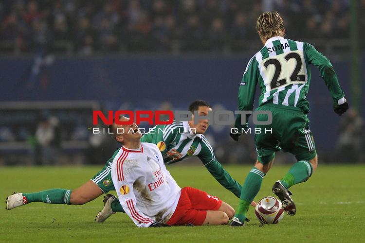 UEFA Euro League 2009/2010 Hamburger SV - Gruppenphase<br /> <br /> Heimspiel HSH Nordbank Arena  02.12.2009  - <br /> Hamburger SV (GER) - SK Rapid Wien<br /> Robert Tesche (Hamburg #13) versucht sich gegen Yasin Pehlivan (Wien #35) und Ragnvald Soma (Wien #22) durchzusetzen.<br /> Foto &copy; nph ( nordphoto ) *** Local Caption *** *** Local Caption *** <br /> Fotos sind ohne vorherigen schriftliche Zustimmung ausschliesslich fŁr redaktionelle Publikationszwecke zu verwenden.<br /> <br /> Auf Anfrage in hoeherer Qualitaet/Aufloesung