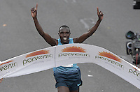 BOGOTÁ -COLOMBIA. 28-07-2013. Geoffrey Kipsang (Kenia) fue el ganador de la Media Maratón de Bogotá 2013 con un tiempo de 1.03:46 y en mujeres Priscah Jeptoo (Kenia)con un ntiempo de 1.12:24. / Geoffrey Kipsang (Kenya) won the  Half Marathon of Bogota 2013 with a time of 1.03:46 and in women the winner was Priscah Jeptoo (Kenya) with a time of 1.12:24. Photo: VizzorImage / Str