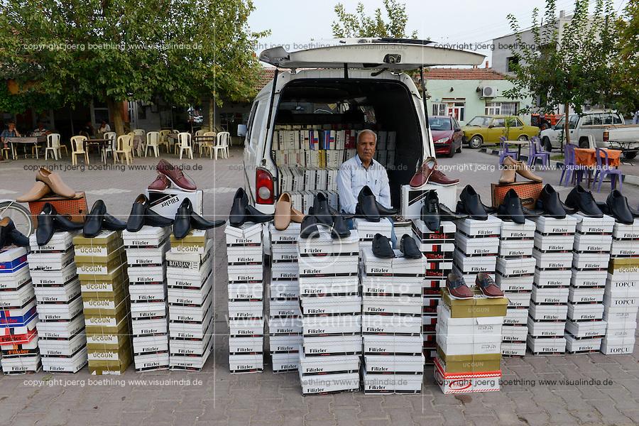 TURKEY Manisa, village Hacihaliller, selling of leather shoes at market / TUERKEI, Dorf Hacihaliller, Verkauf von Schuhen am Dorfmarktplatz