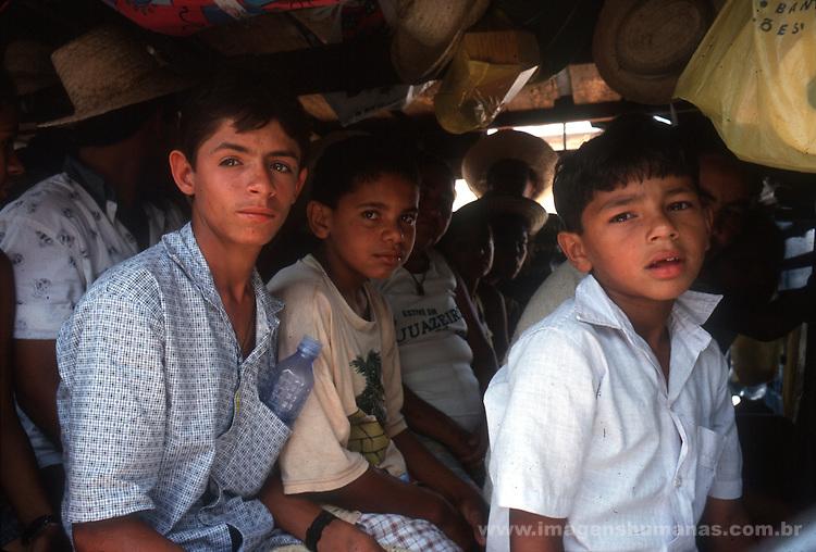 crianças em caminhão pau de arara.ceará.Juazeiro do Norte.Nordeste.1998
