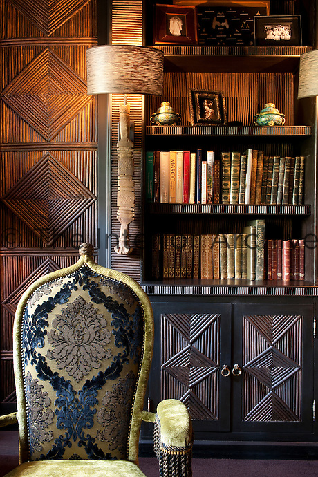 A decorative Berber technique covers the wall and the cabinet, which consists of bay tree branches woven together to create a geometrical pattern